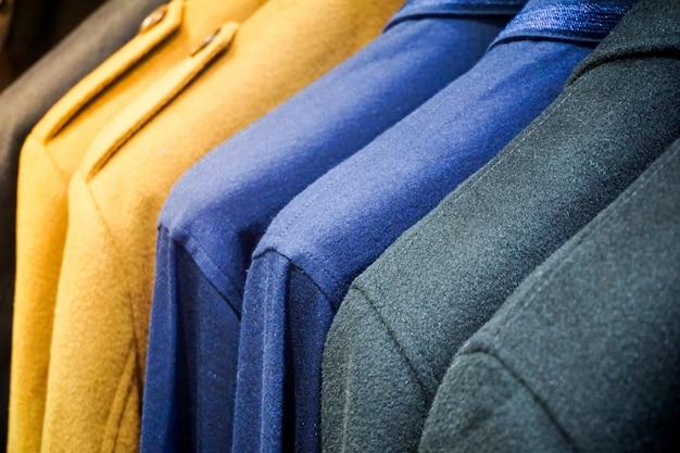 Pastelkleurkleren. vrouwelijke kleding op open clothes rail
