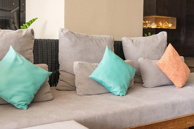 Pastelroze en oranje ontwerp in een elegant woonkamerinterieur met comfortabele bank