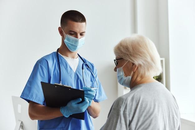 Patiënt bij de communicatiekliniek van de artsenafspraak