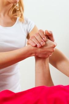 Patiënt bij de fysiotherapie die fysiotherapie doet
