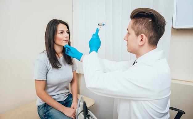 Patiënt bij de neuropatholoog kliniek