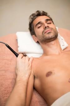 Patiënt bij fysiotherapie
