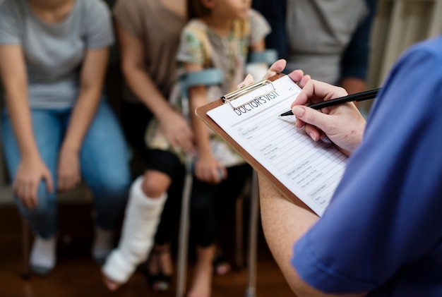 Patiënt die bij het ziekenhuis wacht