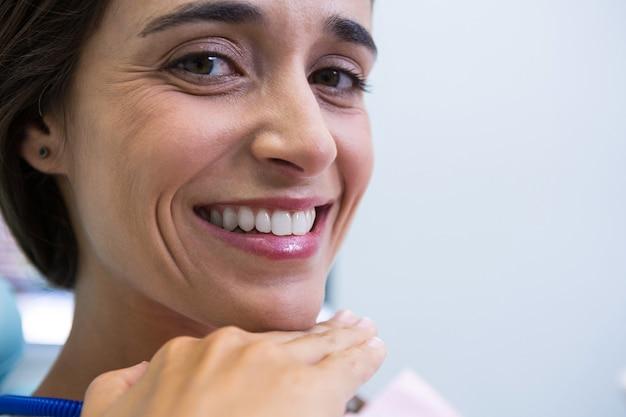 Patiënt die bij medische kliniek glimlacht