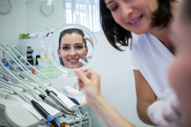 Patiënt die haar gezicht in spiegel bekijkt