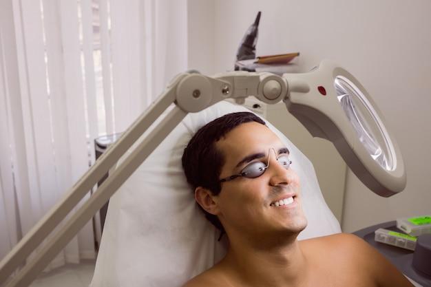 Patiënt die laser beschermende bril draagt