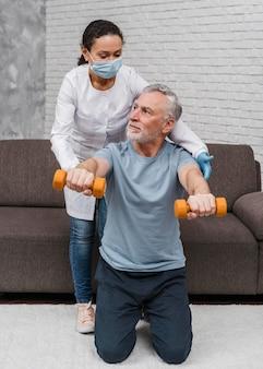 Patiënt die medische hersteltraining begint