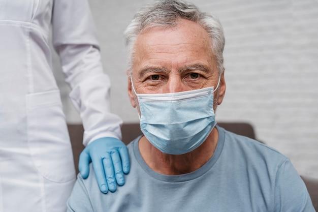 Patiënt die ondersteuning krijgt van de dokter