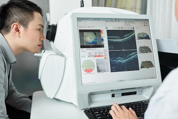 Patiënt die zijn gezichtsvermogen controleert in het ziekenhuis
