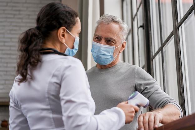 Patiënt die zijn temperatuur laat controleren