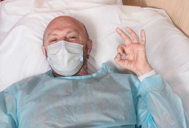 Patiënt in een medisch masker in een ziekenhuisbed tijdens een epidemie toont ca.