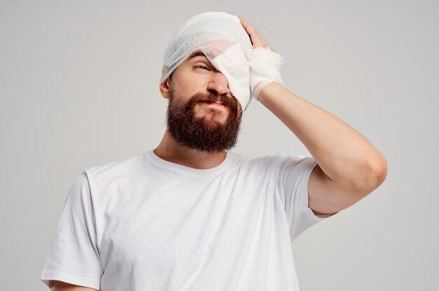 Patiënt in een witte t-shirt trauma gezondheid diagnose lichte achtergrond