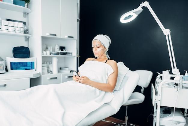 Patiënt in gezichtsmasker, rimpels wegwerken