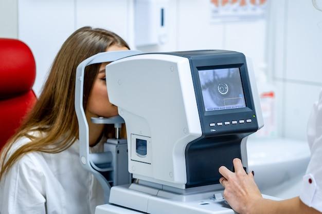 Patiënt in oogheelkundige kliniek tijdens de studie van defecten aan het computerzicht