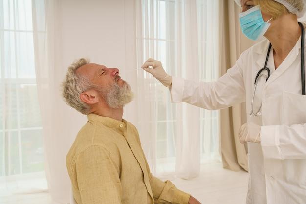 Patiënt is klaar om covid-test te doen bij de dokter