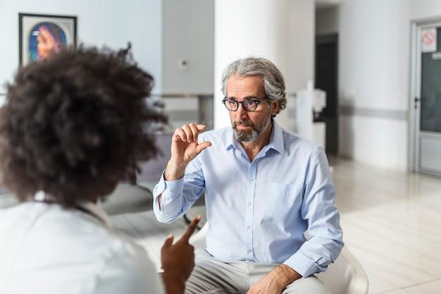 Patiënt klaagt bij de dokter over zijn pijn en andere symptomen