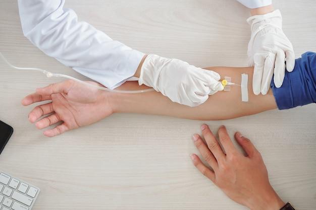 Patiënt krijgt infusietherapie