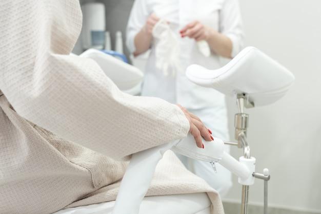 Patiënt met een gynaecoloog tijdens het consult in het gynaecologisch kantoor