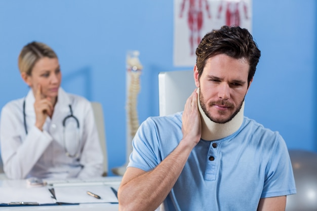 Patiënt met een halskraag