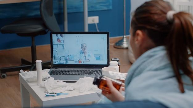Patiënt met griep die videogesprekcommunicatie gebruikt