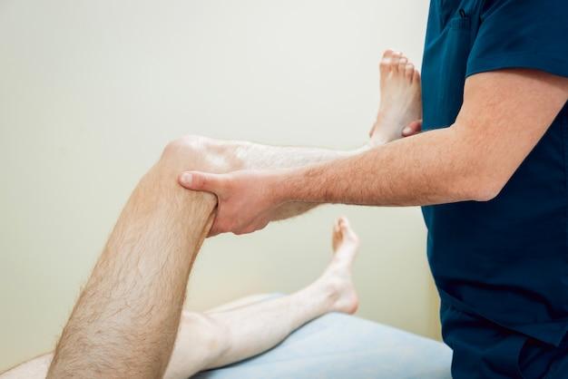 Patiënt met orthopedist arts in zijn kantoor.