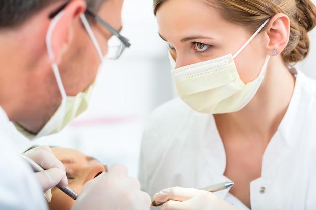 Patiënt met tandarts - tandheelkundige behandeling