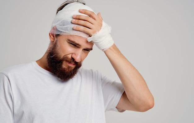 Patiënt met verbonden hoofd gezondheidsproblemen ontevredenheid traumacentrum.