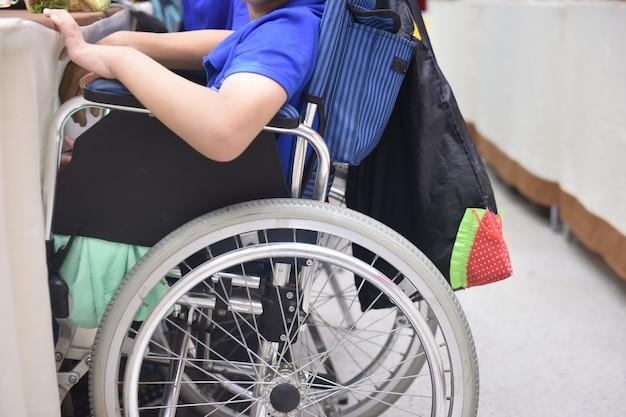Patiënt of gehandicapte kinderen aanpassing van de patiënt of het gehandicapte concept van gelijkheid en mensenrechten