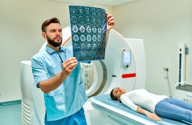 Patiënt ondergaat een mri- of ct-scan onder toezicht van een radioloog