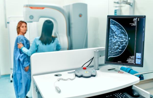 Patiënt ondergaat een screeningprocedure voor een mammogram