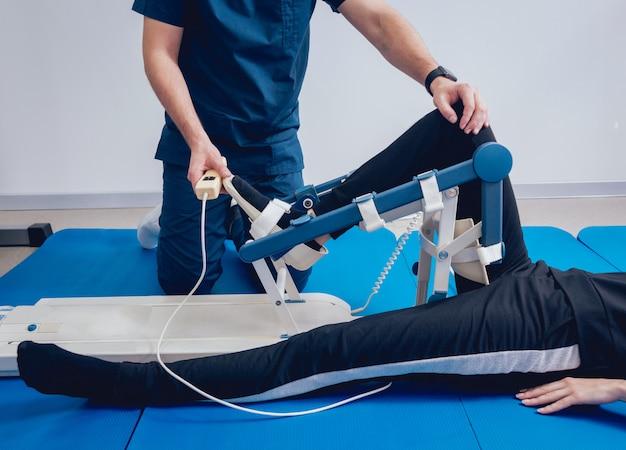 Patiënt op cpm-machines. apparaat om anatomisch correcte beweging te bieden aan zowel de enkel als de subtalaire gewrichten.