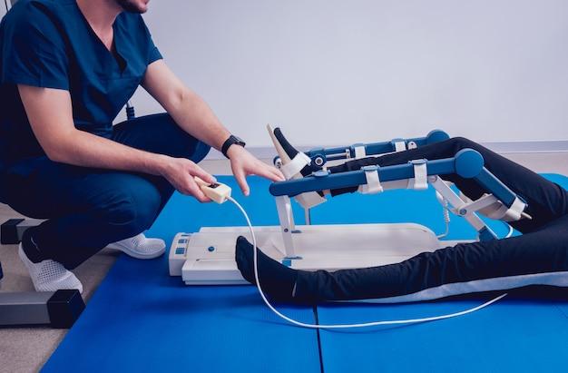 Patiënt op cpm-machines (continu passief bewegingsbereik). apparaat om anatomisch correcte beweging te bieden aan zowel de enkel als de subtalaire gewrichten.