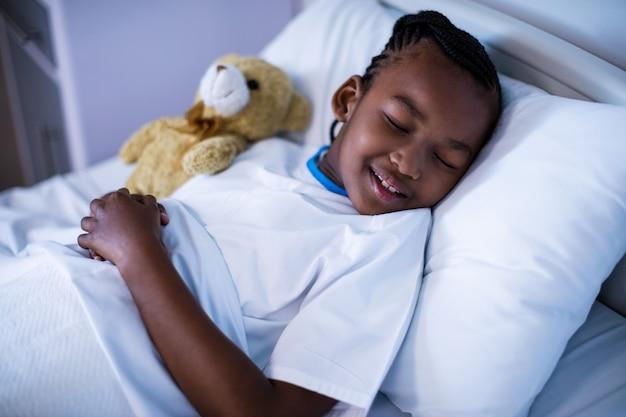 Patiënt slapen met teddybeer