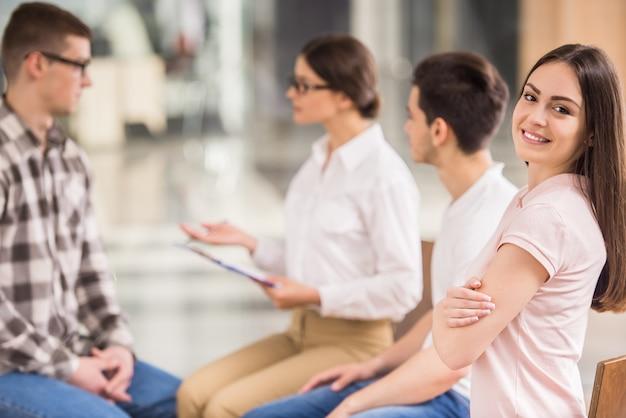 Patiënten die tijdens een therapiesessie naar een andere patiënt luisteren