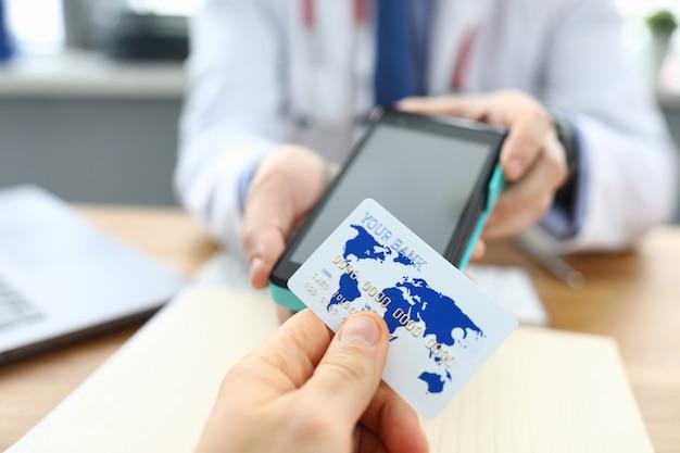 Patiëntenkliniek wordt berekend met een creditcard van een arts