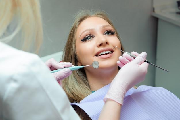 Patiëntonderzoek en behandeling bij de tandarts.