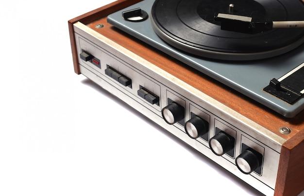 Patifon met vinylverslag dat op witte achtergrond wordt geïsoleerd. jaren 80.