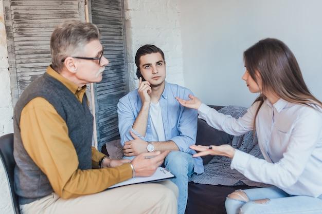 Patioent op psychologiesessie young cople problem