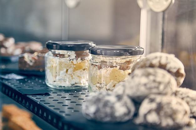 Patisserie. verscheidenheid aan taarten. vitrine met zoete taarten en gebak. koffiehuis concpet. italiaanse patisserie. restaurant eten. getinte foto. kopieer ruimte.