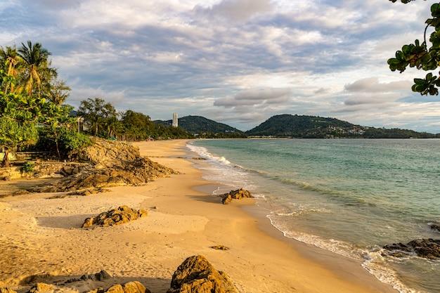 Patong beach phuket in het gouden uur vanuit het noorden