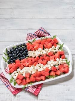 Patriottische amerikaanse vlagsalade met bosbes, watermeloen en feta