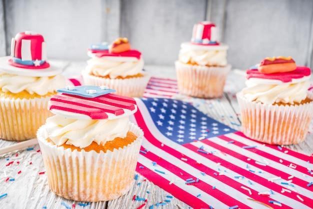 Patriottische vs cupcakes over vlaggen op houten tafel