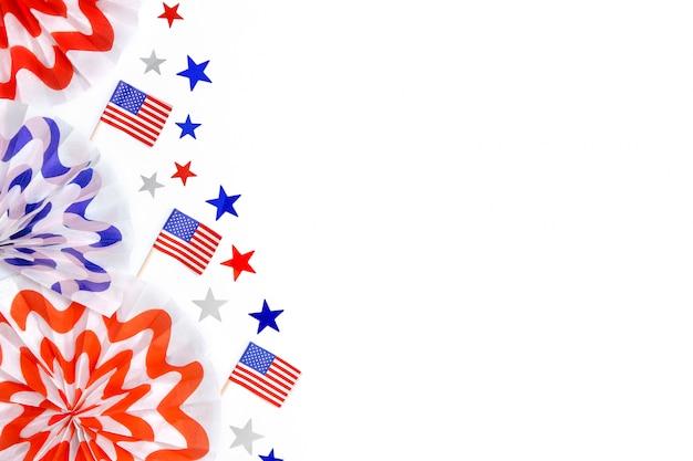 Patriottische vuurwerk plakboek slinger, sterren confetti, amerikaanse vlaggen geïsoleerd op een witte achtergrond. vierde juli decoraties, onafhankelijkheidsdag van amerika. ruimte voor tekst