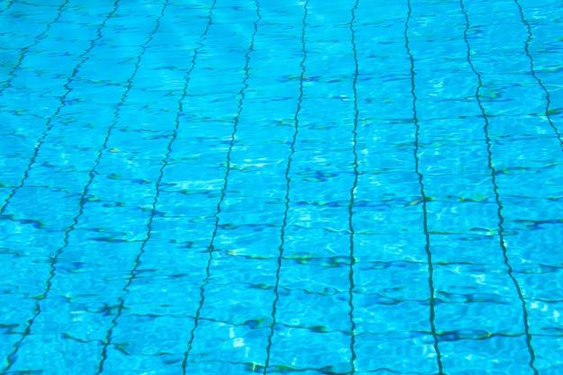 Patronen van zonlicht kabbelend op het wateroppervlak van een zwembad