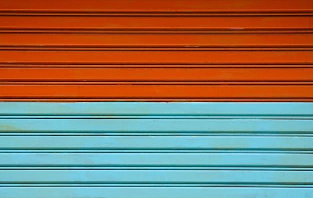 Patroon en lijn van bruine en blauwe vintage metalen deur