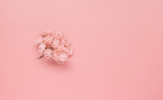 Patroon gemaakt van roze bloemen op roze achtergrond.