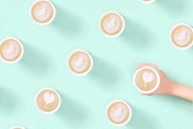 Patroon met afhaal koffie latte art in herbruikbare eco thermobeker.