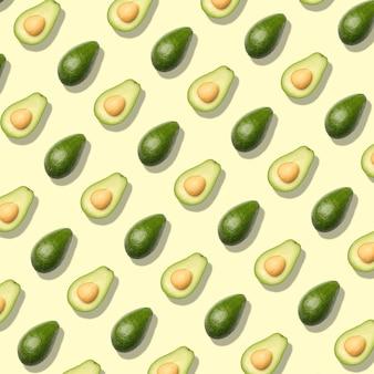 Patroon met avocado. samenvatting op gele achtergrond