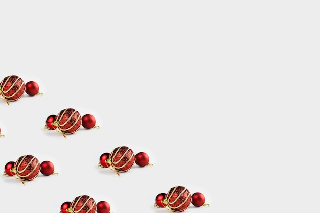Patroon met kerst ornamenten inclusief ballen op witte achtergrond.
