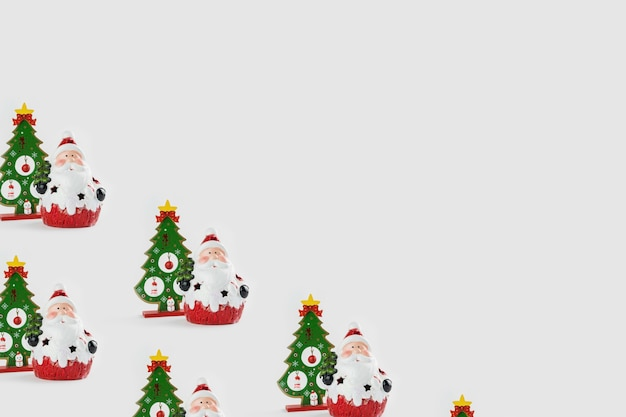 Patroon met kerst ornamenten met inbegrip van de kerstman en kerstboom op witte achtergrond.